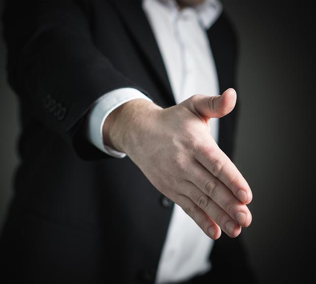 Mężczyzna wyciąga rękę na powitanie