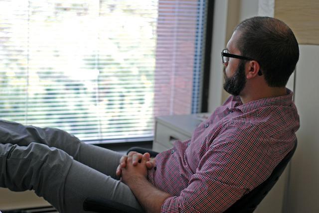 Mężczyzna siedzący na krześle