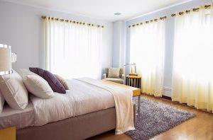 Sypialnia z długimi zasłonami